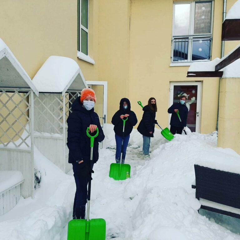 Internatskinder schippen Schnee für die Senioren in Roẞleben
